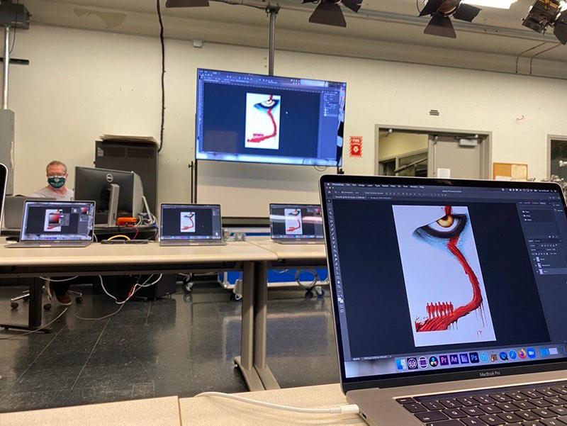 Studenten, die die Laborcomputer fernsteuern