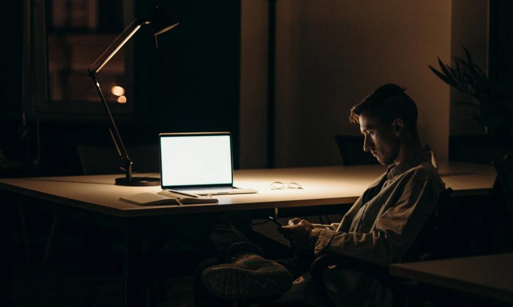 黑暗办公室里的计算机